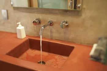 "Spartipps für den Haushalt Anleitung Bild unten piqs.de. Jeremy Levine ""Concrete Sink"" (CC BY 2.0 DE)"